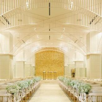 幻想的な空間の中で、永遠を誓う洗練された「光の教会」
