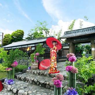 岐阜加納城の二の丸門を移築した正門や敷地内には樹齢400年の日置江の紅葉など歴史を感じる空間。