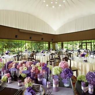 「ザ・テラスルーム」は、窓ガラス越しに広がる中庭と中島公園の四季折々のロケーションを望むことのできる開放感溢れるパーティスペース