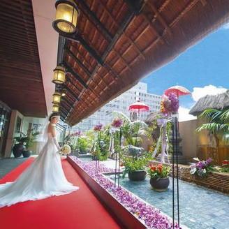 テラスでは、水の上に舞台を設けてセレモニーをすることも可能。開放的な空間でふたりらしい挙式を叶えて!記念写真は、本物のリゾート地で撮影したかのような美しい一枚に仕上がる