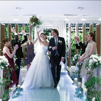 ふたりが永久の愛を誓う祭壇は、本物の緑に包まれて木の温もりも感じる純白で清廉なチャペル。