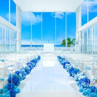 青い空と海を一望する独立型チャペルは、祭壇正面と両サイドがガラス張りでロマンチックな眺望でゲストの印象にも残る