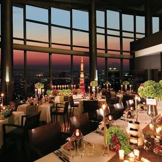 天井高13m、85名着席可能なパーティ会場。東京タワーがおふたりのパーティを彩る