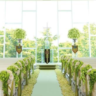 祭壇の向こうが一面ガラス張りの開放的なチャペルは、太陽の光が差し込む美しい空間。 聖歌隊の歌声をバックにバージンロードを歩む姿は、ゲストの心に環濠が刻まれていくはず。
