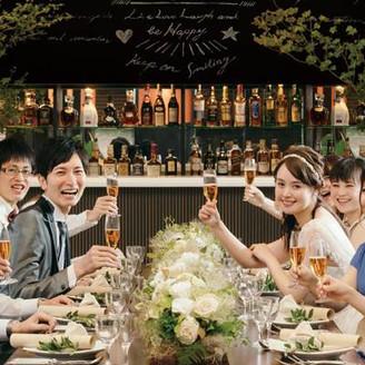 レストランウエディングに新スタイル登場! 落ち着いた雰囲気の会場をカジュアルにコーディネートしアットホームな空間を楽しむ『大人トラッド!ウエディング』。こだわりのお料理でさらに会話も弾みそう!