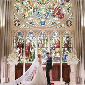 優美な姿で憧れを集める大聖堂のステンドグラスの前での永遠の誓いは、一生忘れられない思い出となる…