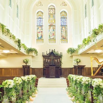 天から降りそそぐ神秘の光 大聖堂に白く輝くヴァージンロードは アンティークの祭壇へと続く