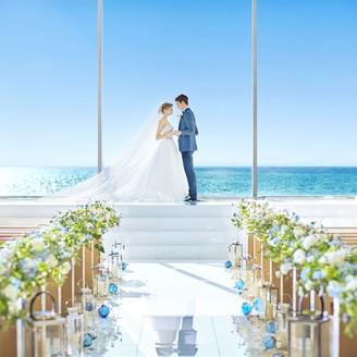 海に向かって愛を誓う。息をのむほど美しい挙式会場は扉が開いた瞬間にゲストからも歓声が!
