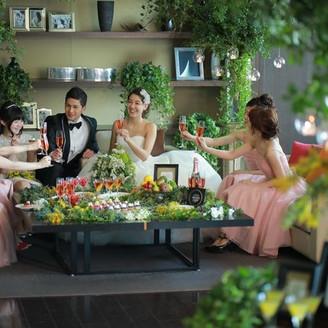 ゲストと一緒にデザートテーブルを囲んでのアットホームな結婚式も