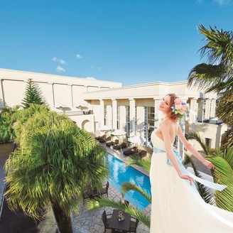ヤシの木の緑に包まれて佇む プールテラス付の邸宅で叶う アーバンリゾートウエディングの世界