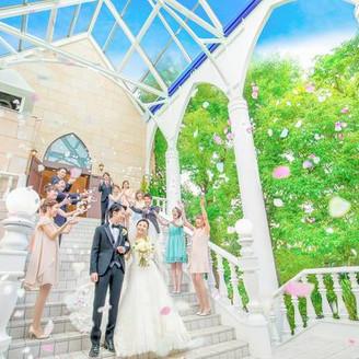 光・青空・緑に囲まれた大階段でフラワーシャワーの祝福!他にはない全天候型だから雨の日でも安心♪