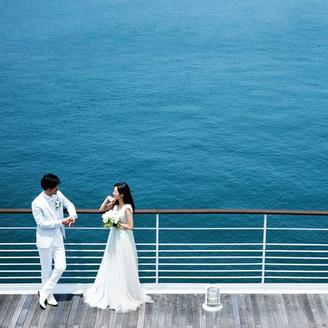 デッキに出ると心地よい風が吹く。会場から瀬戸内海の島々が見え、行き交う船や白波、気持ちよさそうに空に浮かぶカモメの姿が目を楽しませる。