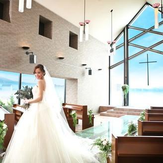 目の前にキラキラひかるびわ湖と青い空が広がる「聖ラファエル教会」は愛と癒しの大天使ラファエルから名付けられた本物のチャペル。