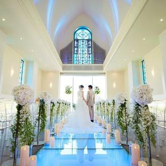 花嫁を美しく見せるガラスのバージンロード