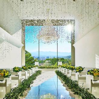 長野の街並みを見渡すガラス張りの空間に、シャンデリアが華を添える