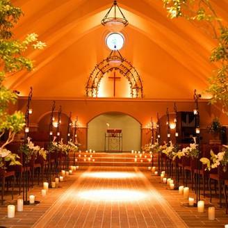 ウェディングドレスがとっても映える教会。歩くバージンロードを人生を灯す光とともに・・・