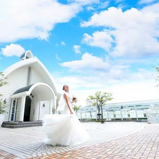 ホテルの中の独立型挙式場『セントチャペル』。 キリスト教式、人前式でご利用いただける純白のテラス付きチャペルです。