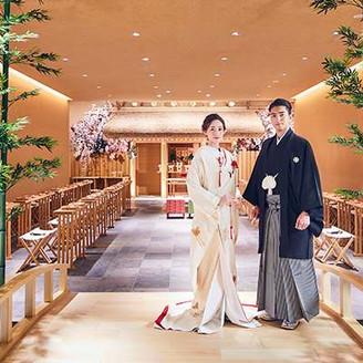 熱田神宮の神様を祀る由緒正しい神殿が、2019年4月リニューアルオープン! 参道に架かる太鼓橋と茅葺屋根のお社が印象的な、厳かな空気が流れる空間です。