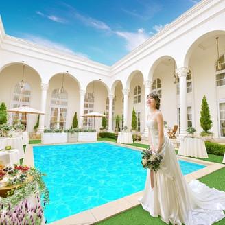 回廊が印象的なヴィクトリアハウスの中庭ガーデン