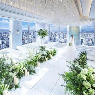 【21階 THE STYLE】大きな窓から降り注ぐ陽光や祭壇奥を絶えず流れる水が煌めいて、より一層花嫁姿を輝かせる