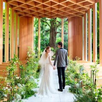 木のぬくもりとガラスの清らかさを組み合わせた「森の教会」。生命力あふれるシンボルツリーが誓いのシーンを見守ってくれます。チェンバロやチェロの生演奏によって、厳かかつあたたかなセレモニーを実現