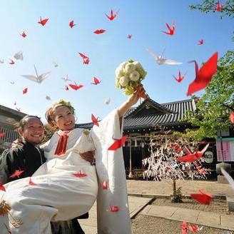 天高く大空を舞う折鶴