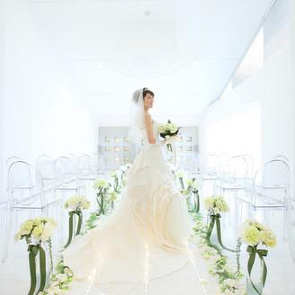 真っ白なチャペルは、幸せいっぱいな新婦の美しさを際立ててくれます♪