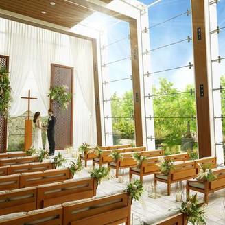 貸切り一軒家の最上階にあるチャペルはウッド調の祭壇やベンチ、窓から眺められる緑、そして優しく降り注ぐ陽光に包まれる開放的な空間。まるで自然までもふたりの門出を見守ってくれているよう。