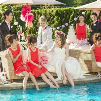 プールサイドでお友達とガーデンパーティー