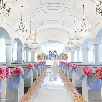 20m総大理石のバージンロードの先に、幸運を招くラピスラズリ・真実の愛を貫く力を持つアメジストを配したブルーのステンドグラスがふたりの誓いを見守る