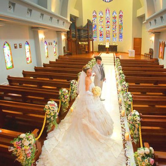 140年の歴史の中、温かく見守り続けてきたステンドグラスのの輝く独立型教会!天井高12m、13mのバージンロードはドレス姿の花嫁を美しく輝かせてくれる。「挙式のみ出席したい」という友人にも気軽に参列してもらえる本格的大聖堂で温かな挙式を♪