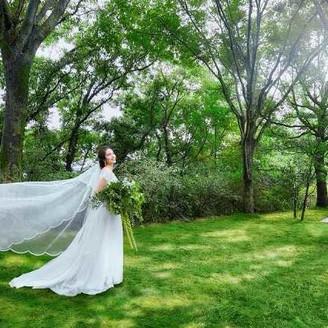 癒したっぷり!広大な緑に囲まれたザ・ディスティーノならではの1枚。「徳島」で「ガーデンウエディング」「結婚式」を挙げるなら「ザ・ディスティーノガーデン」へ。