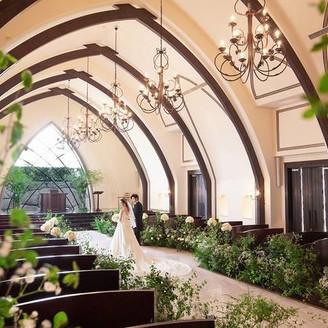 自然光が降り注ぐ祭壇、世界でひとつのセンターサークル型のバージンロードなど、 美しい誓いを描くクラシカルな大空間。