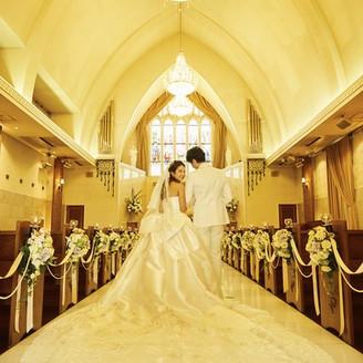 100年の歴史が宿るステンドグラスの神秘的な光に包まれて・・ 天井高18m、大理石のバージンロードは20mを誇ります。