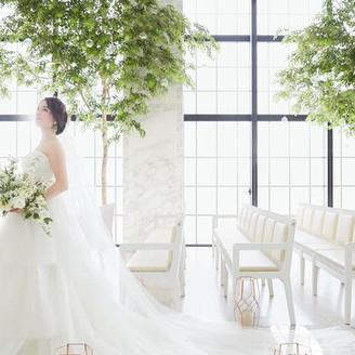 白を基調とした開放的な挙式会場〈The Grace〉