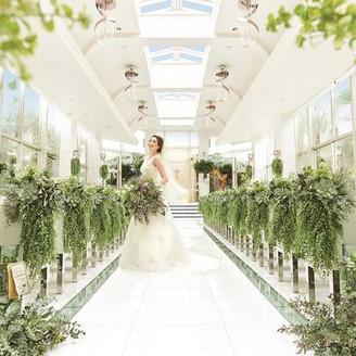 <エテルネルジュネス> チャペルには清らかな水が流れ、光・水・緑が交差して生まれる輝きが花嫁をより美しく幻想的に魅せる。 都心にいながら自然に抱かれるような解放感