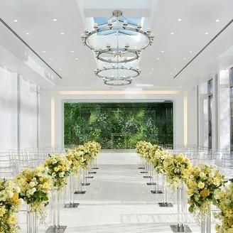 純白のホワイトカラーから見える緑は新郎新婦の一生に1度の誓いを和やかな時間に変えてくれます!アットホームな人前式も可能。1年を通して草木や花々が咲き誇る癒しの空間は、そこがホテル内であることを忘れてしまうほどの開放感。
