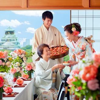 ふたりがゲストの元へ!ちらし寿司をサブ。ゲストもびっくりの嬉しい料理演出