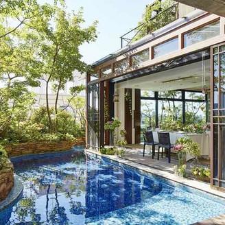 グリーンとブルーのコントラストが綺麗な、リゾート感のあるプール!