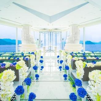 目の前に広がる瀬戸内海に祝福されるリゾートウエディング。スクリーンオープンとともに広がる絶景でゲストをおもてなしいたします。