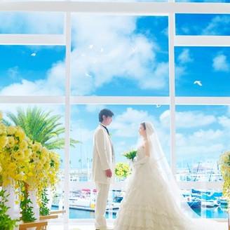 窓の向こうにヨットハーバーを望む「海の見えるチャペル」では、どこまでも続く空と海に見守られながら永遠の誓いを交わすことができる。海を眺めながら、このチャペルだからできる開放感いっぱいの挙式を叶えて