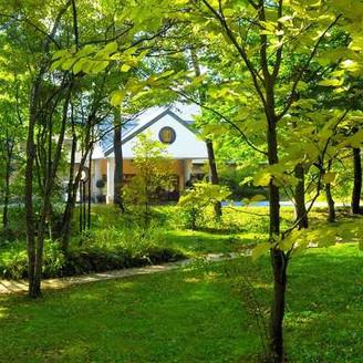 喧騒を離れた小高い丘の上に佇む「星野リゾート 軽井沢ホテルブレストンコート」