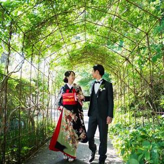 和装も似合う会場 移動中も緑に囲まれて写真撮影