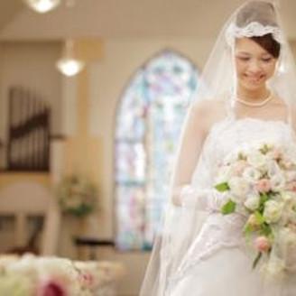 シンプルでキュートなチャペル。 必要以上の装飾は行わず、主役の花嫁をしっかりと引き立てます。
