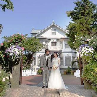 国の有形文化財に指定される大磯迎賓舘は、季節の緑や花々で満たされます。お二人のウエディングシーンを引き立てる白亜の洋館をバックに挙式やフォトウエディングを