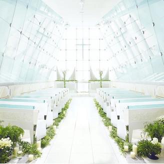 自然光降り注ぐ最上階「光り色のチャペル」 透明感あふれる神秘的な空間で誓いを立てて