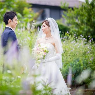 ガーデンの草花に囲まれて見つめあうお二人☆なんとも素敵です!