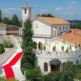 丘の上に佇む白亜の邸宅