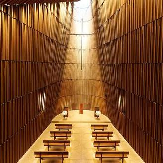 杉の木の温もりと優しい香りにつつまれる、空間デザイナー・杉本貴志 氏によるデザインのグランドチャペル。