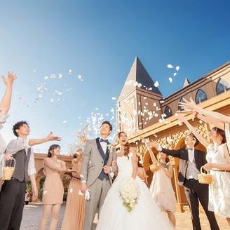おふたりは もちろん ゲストのみんなも笑顔溢れる1日に! フラワーシャワーは全員が参加できる定番演出♪
